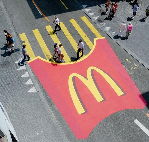 kreative-werbung-mcdonalds-guerilla-zebrastreifen-promotion