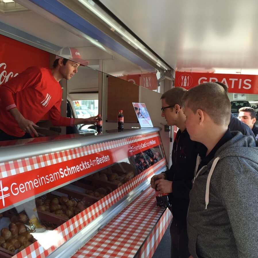 Promotion Agentur Spool - Coca Cola begeistert Hungrige Passanten