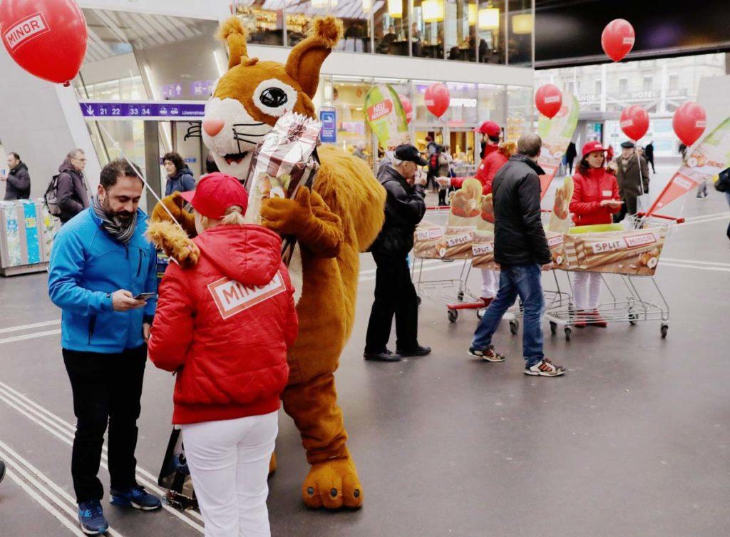 Promotion Agentur Sampling verkleideter Hase verteilt Minor Schokolade